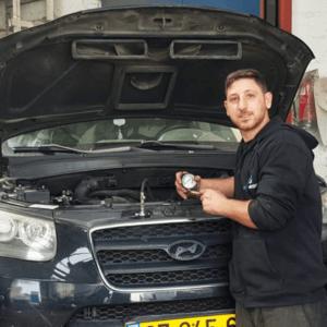 תמונה ראשית למאמר טיפים לבחירת מכונאי רכב - בתמונה מכונאי רכב מקצועי מוסך מור מוטורס