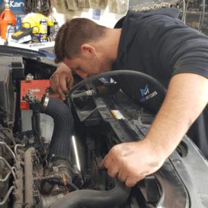 מור מבצע תיקון נזילת מים ברכב לרכב מסוג ג'יפ של חברת יונדאי