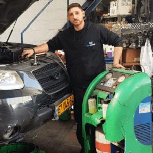 מור נמצא במוסך באמצע תהליך תיקון מזגן לרכב